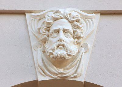 Stuck-Decus-Brakel-Baudenkmalpflege-Stadtteather-Minden-Stuckarbeiten-beimodellieren-der-Gesichtszuege